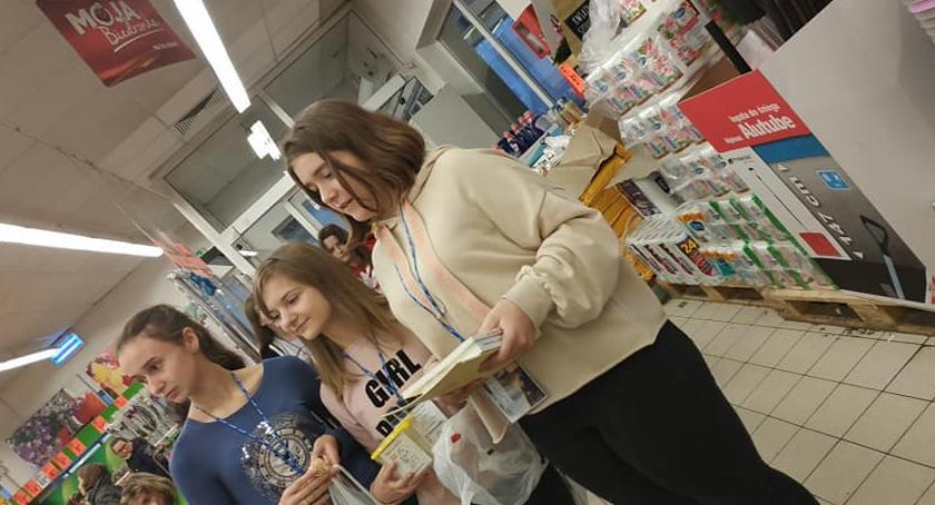 Szkoły podstawowe, Uczniowie Brześciu Kujawskim kwestowali Biedronce - zdjęcie, fotografia