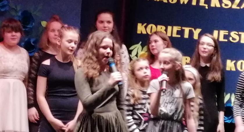 Szkoły podstawowe, Koncert okazji Kobiet Brześciu Kujawskim - zdjęcie, fotografia