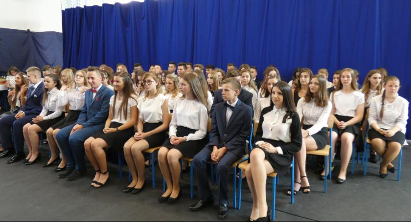 Szkoły podstawowe, Uroczyste zakończenie szkolnego Szkole Podstawowej Kruszynie - zdjęcie, fotografia