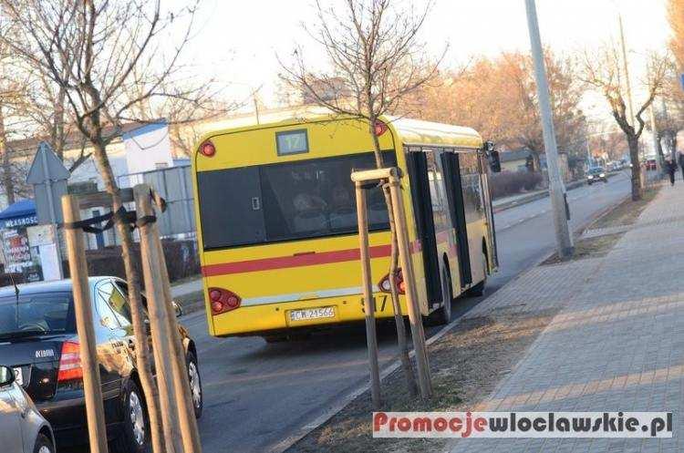 Ludzie_, Zmiany rozkładów jazdy czasowa zmiana trasy linii autobusowej Włocławku - zdjęcie, fotografia