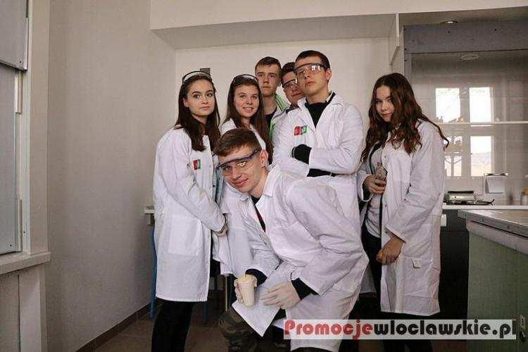 Ludzie_, Niekonwencjonalne lekcje chemii Młodzi włocławianie przenieśli świat polimerów [ZDJĘCIA] - zdjęcie, fotografia