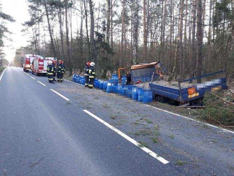 Region_, Ciężarówka przewożąca butle gazem uderzyła drzewo [ZDJĘCIA] - zdjęcie, fotografia