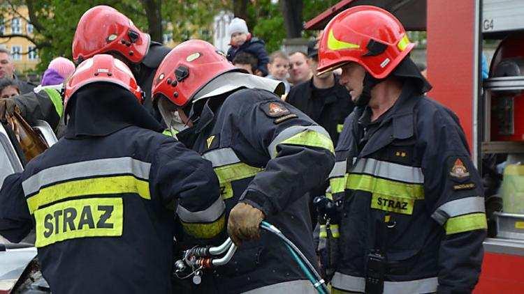 Społeczeństwo, Czołowe zderzenie Chevroleta Strażacy musieli użyć narzędzi hydraulicznych - zdjęcie, fotografia