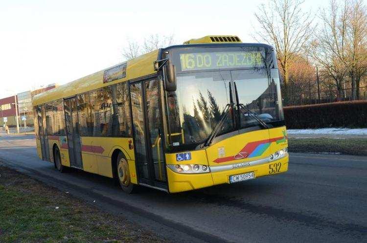 """Ludzie_, Podróżował """"gapę"""" uszkodził drzwi autobusie Musiała interweniować… - zdjęcie, fotografia"""