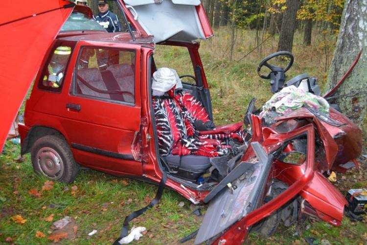 Informacje z Kraju, Tragiczny wypadek! Samochód uderzył drzewo Zginęła pasażerka Włocławka - zdjęcie, fotografia