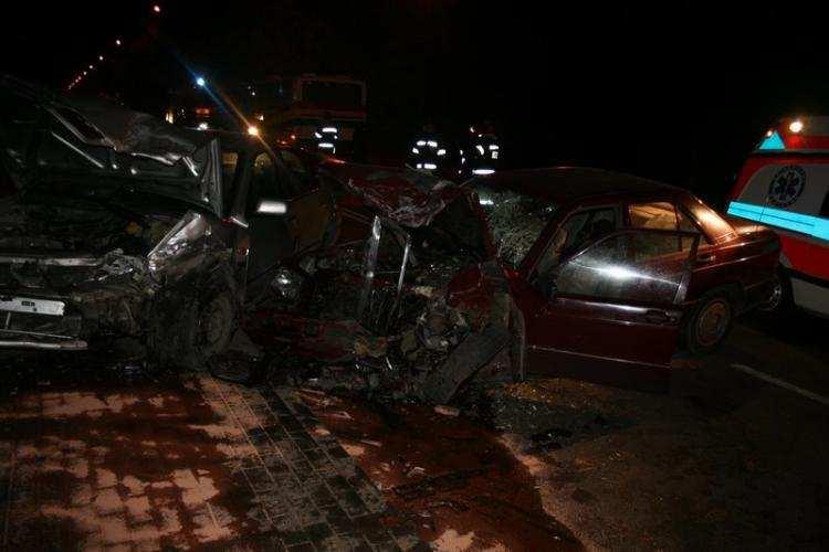 Społeczeństwo, Czołowe zderzenie mercedesa nissanem Jedna osoba szpitalu [FOTO] - zdjęcie, fotografia
