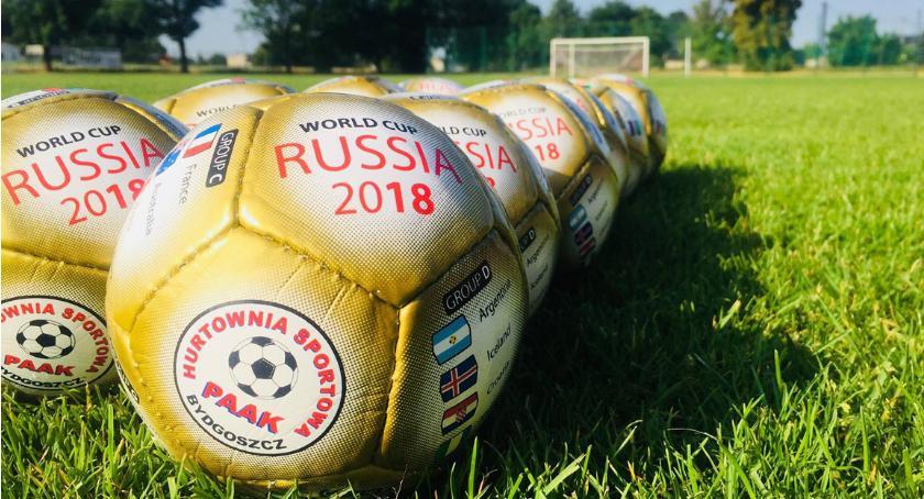 Piłka nożna, lecie Łokietek Brześciu Kujawskim piłek czeka Strefie Kibica - zdjęcie, fotografia