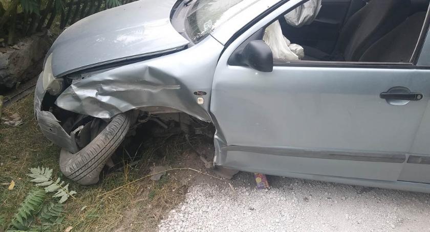 Wypadki drogowe, Dwóch latków wybrało samochodem Zakończyli podróż płocie [ZDJĘCIA] - zdjęcie, fotografia