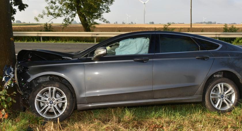 Wypadki drogowe, Wypadek Skibinie Samochód uderzył drzewo Pasażer szpitalu - zdjęcie, fotografia