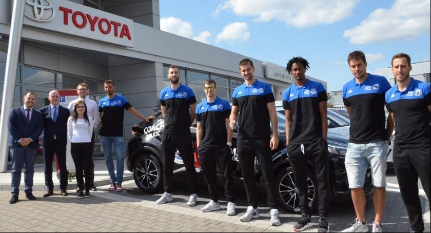 Koszykówka, Toyotami zwycięstwo Zobacz samochody koszykarzy Anwil Włocławek [ZDJĘCIA] - zdjęcie, fotografia