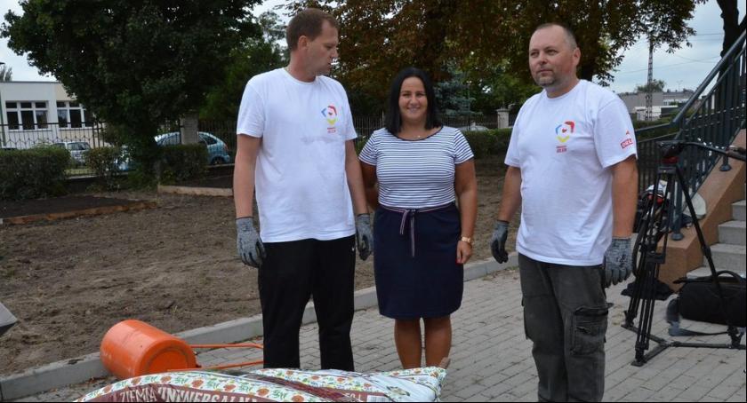 Polecamy, Wyjątkowy ogród powstaje Zespole Szkół Włocławku Pomagali wolontariusze [ZDJĘCIA] - zdjęcie, fotografia
