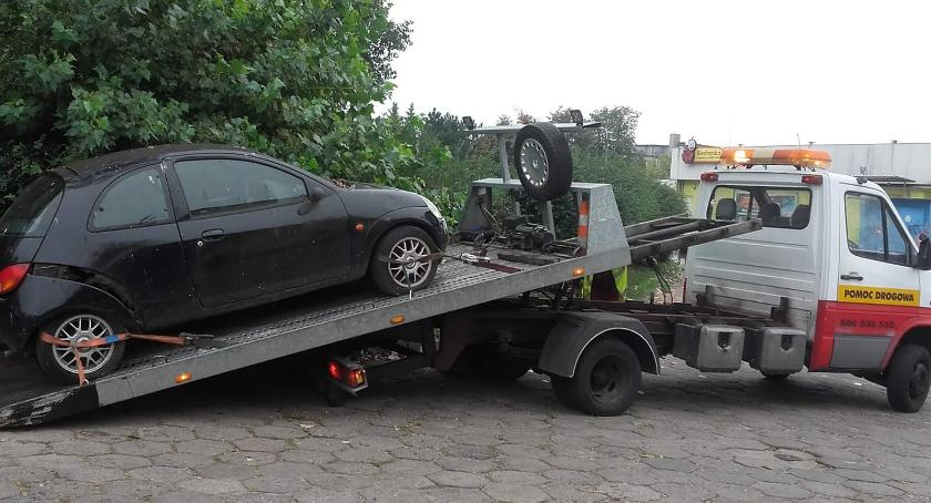 Straż Miejska, Strażnicy Miejscy usuwają pojazdy dróg publicznych Włocławku - zdjęcie, fotografia