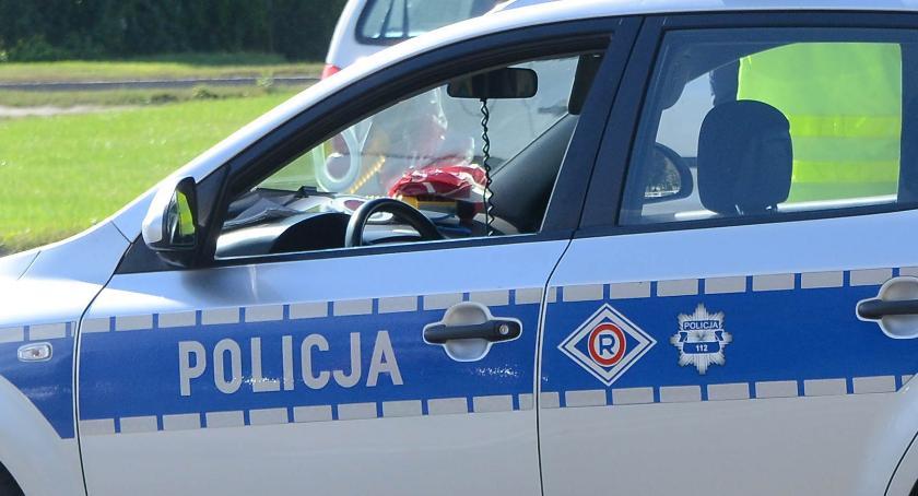 Wypadki drogowe, Uderzył budynek centrum Włocławka Przybyli policjanci zastali śpiącego mężczyznę - zdjęcie, fotografia
