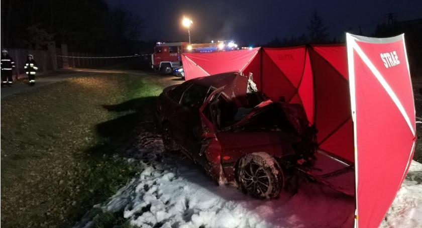 Sprawy kryminalne - kronika, Śmiertelne zderzenie osobówki autobusu regionie - zdjęcie, fotografia