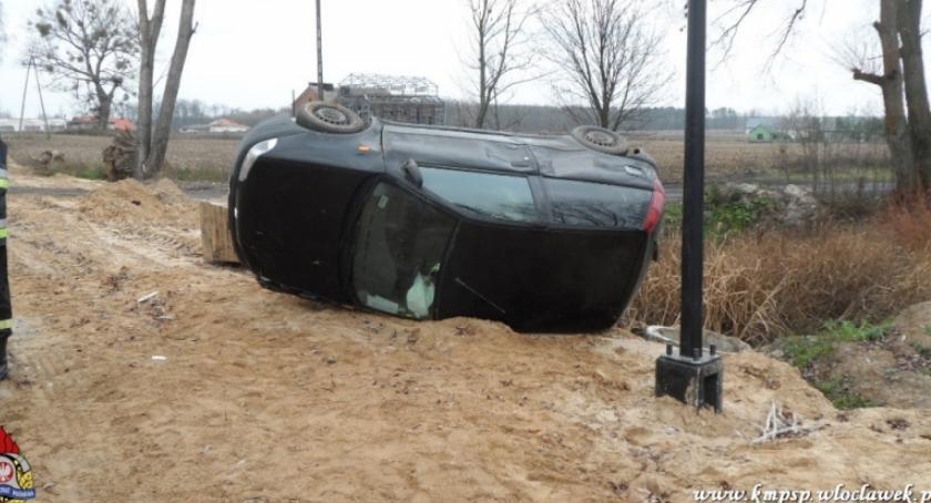 Wypadki drogowe, Wypadek Kruszynem Gminie Włocławek Punto dachowało [FOTO] - zdjęcie, fotografia