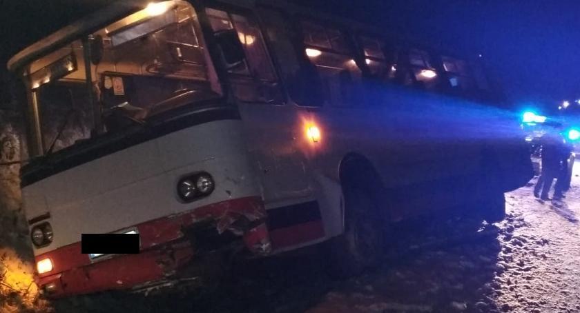 Wypadki drogowe, Wypadek miejscowości Długie Autobus zderzył osobówką [ZDJĘCIA] - zdjęcie, fotografia