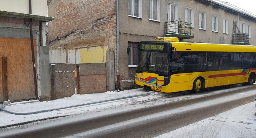 Wypadki drogowe, Autobus ściął latarnię Włocławku Chmielnej [ZDJĘCIA] - zdjęcie, fotografia