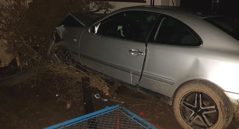 Wypadki drogowe, Mercedes wjechał budynek gminie Lipno prowadził samochód [ZDJĘCIA] - zdjęcie, fotografia