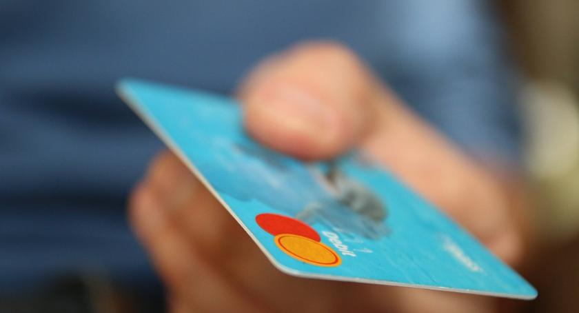 Sprawy kryminalne - kronika, Mieszkaniec Rypina płacił znalezioną kartą bankomatową Grozi - zdjęcie, fotografia