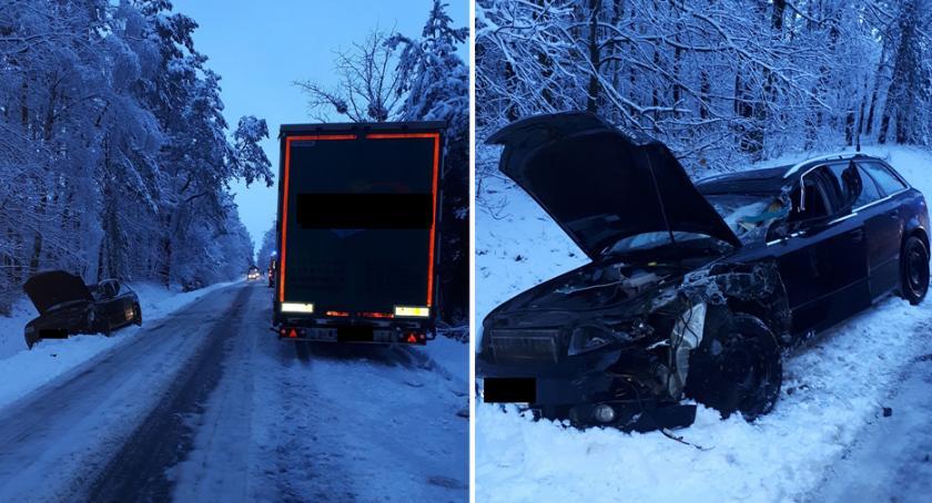Wypadki drogowe, Zderzenie czołowe ciężarówką Samochód osobowy wpadł poślizg [ZDJĘCIA] - zdjęcie, fotografia