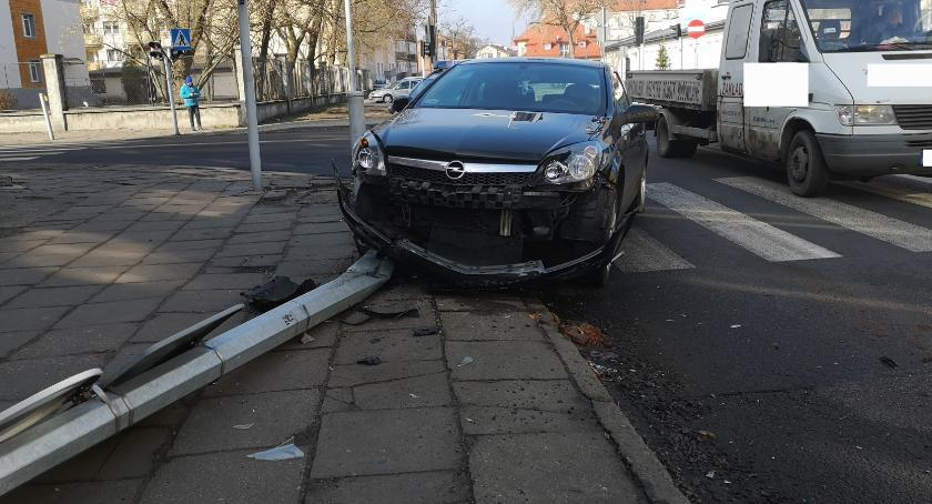 Wypadki drogowe, Włocławku uderzył seata potem ściął słup oświetleniowy [FOTO] - zdjęcie, fotografia