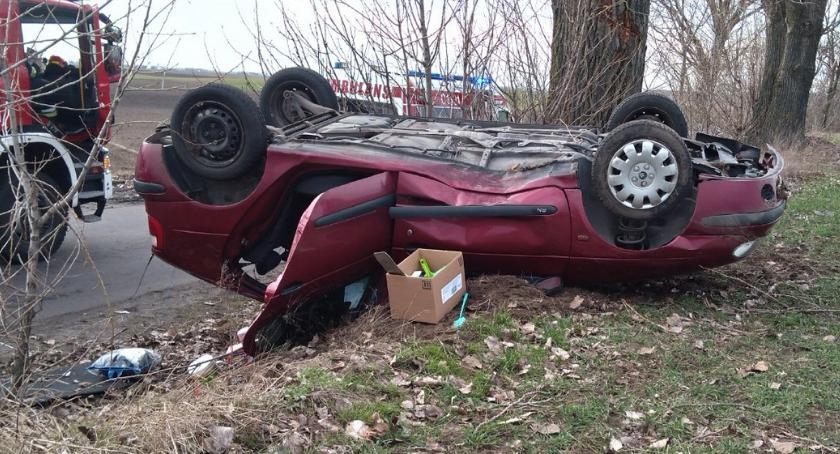 Wypadki drogowe, Dachowanie samochodu Bieganowie latka szczęśliwie uszła życiem [FOTO] - zdjęcie, fotografia