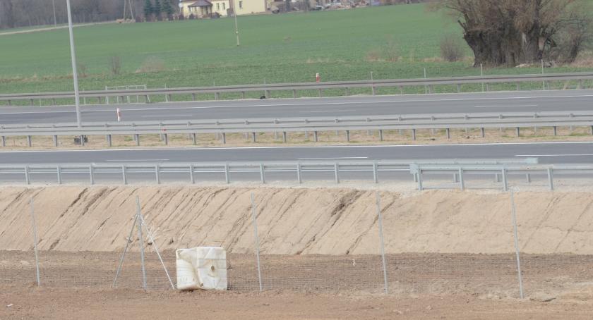 Wypadki drogowe, Honker samochód Wojska Polskiego dachował autostradzie Włocławkiem - zdjęcie, fotografia