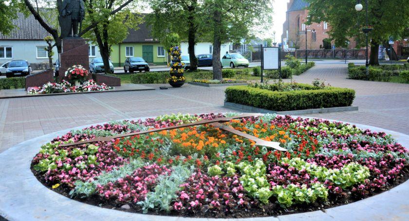 Inwestycje, Zegar kwiatowy Brześciu Kujawskim Miasto stroi letni sezon - zdjęcie, fotografia