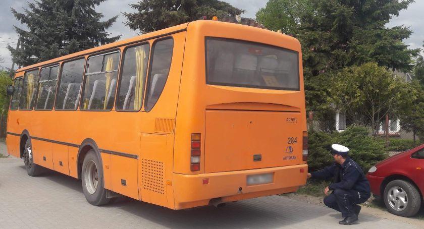 Wypadki drogowe, Nastolatka wypadła autobusu szkolnego - zdjęcie, fotografia