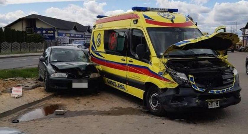 Wypadki drogowe, Groźny wypadek udziałem karetki sygnale Jedna osoba szpitalu - zdjęcie, fotografia
