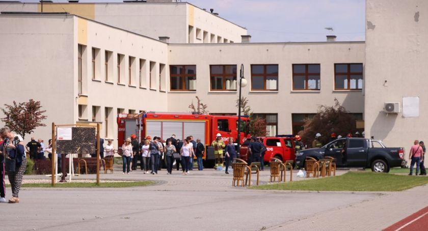 Sprawy kryminalne - kronika, Strzelanina Szkole Brześciu Kujawskim osoby ranne - zdjęcie, fotografia