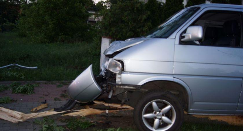 Wypadki drogowe, Pijana latka volkswagenem ścięła kilka drzew staranowała płot - zdjęcie, fotografia