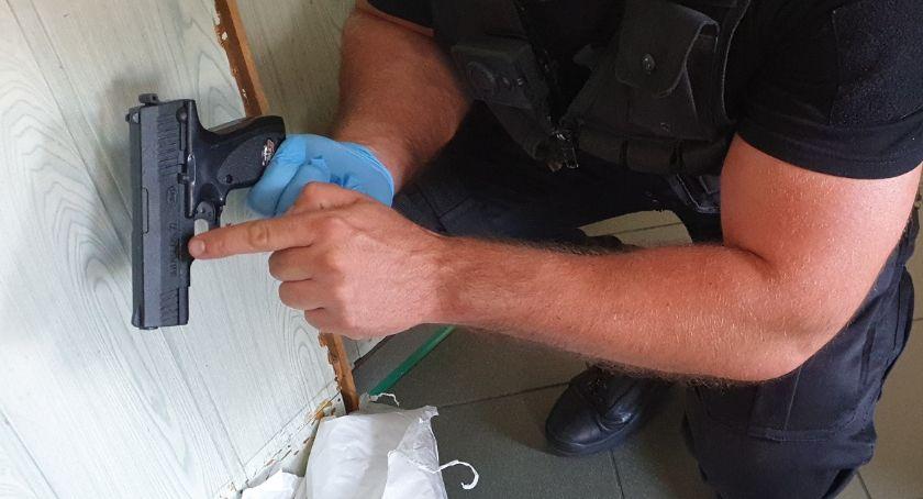Sprawy kryminalne - kronika, Napad sklepie Włocławku Mężczyzna groził ekspedientce przedmiotem wyglądającym broń - zdjęcie, fotografia