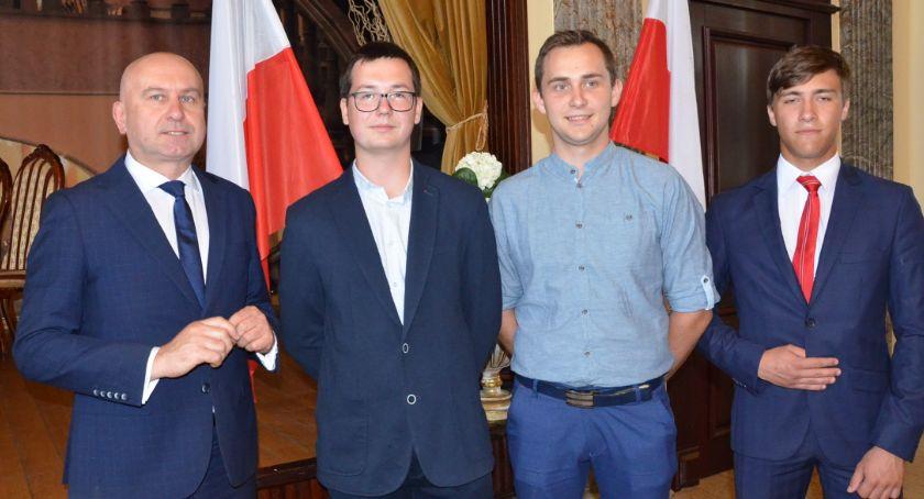 Szkoły średnie, laureatów finalistów olimpiad turniejów Pałacu Bursztynowym Włocławku - zdjęcie, fotografia
