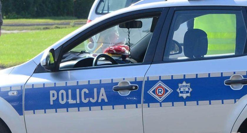 Policja - komunikaty policyjne, Funkcjonariusze zauważyli nocą samochód świateł Dlaczego - zdjęcie, fotografia