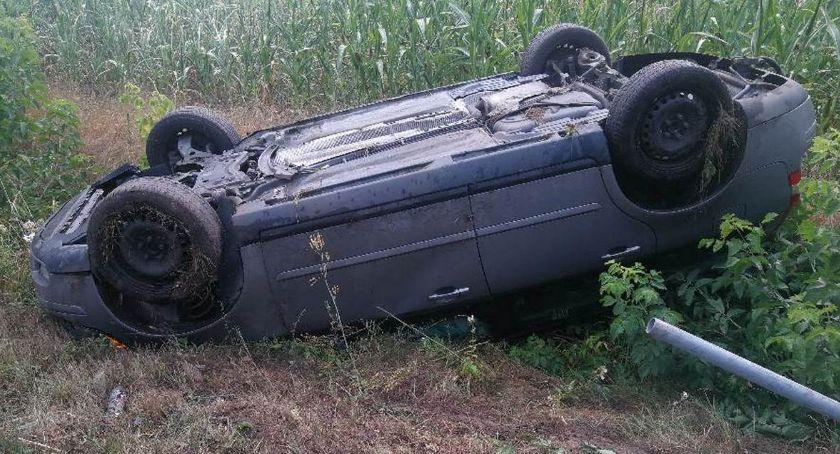 Wypadki drogowe, Wypadek miejscowości Przewozie Gminie Piotrków Volvo ścięło dachowało - zdjęcie, fotografia