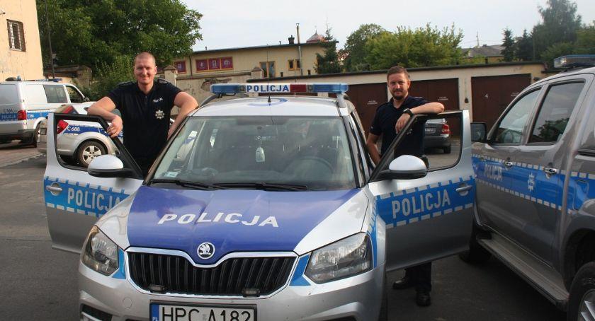 Policja - komunikaty policyjne, Poszukiwania latka regionie Policjanci znaleźli między belami słomy - zdjęcie, fotografia