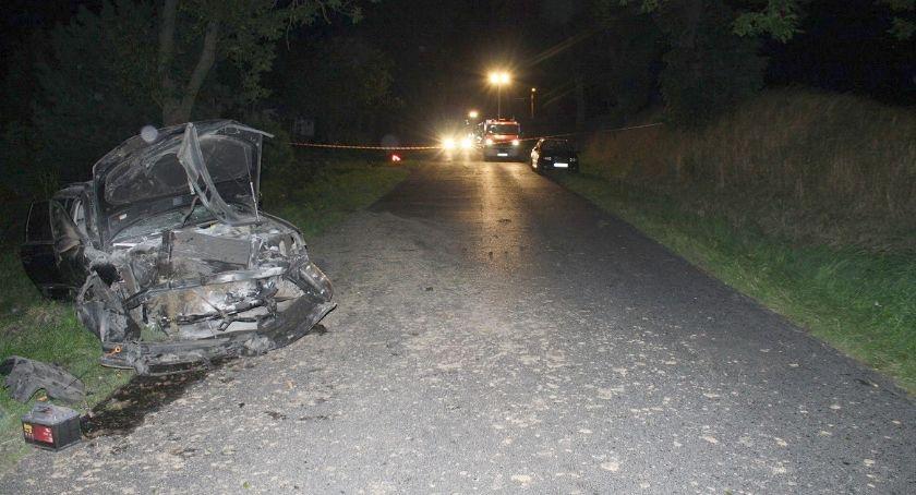 Wypadki drogowe, Volkswagen uderzył przepust drogowy latek pasażerką trafili szpitala - zdjęcie, fotografia