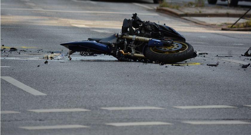 Wypadki drogowe, Tragiczny wypadek motocyklisty Brodnicy latek uderzył latarnię przęsło ogrodzenia - zdjęcie, fotografia