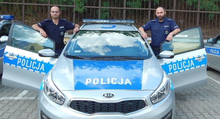 Policja - komunikaty policyjne, Niemowlę zatrzaśnięte aucie pomoc pospieszyli policjanci - zdjęcie, fotografia