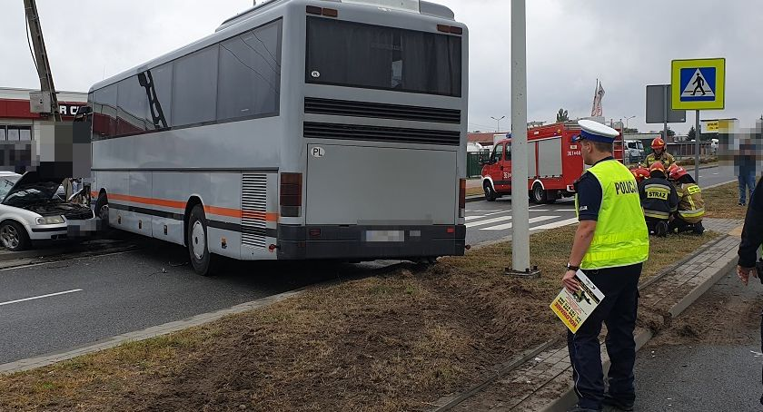 Wypadki drogowe, Zderzenie czołowe autobusu osobówką Włocławku [ZDJĘCIA] - zdjęcie, fotografia