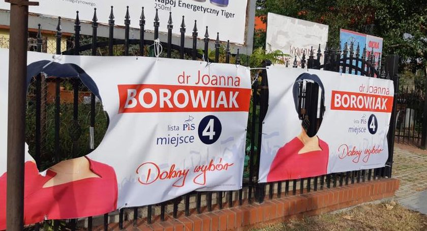 Polityka, Zniszczone banery posłanki Joanny Borowiak Włocławku postęp sprawie - zdjęcie, fotografia