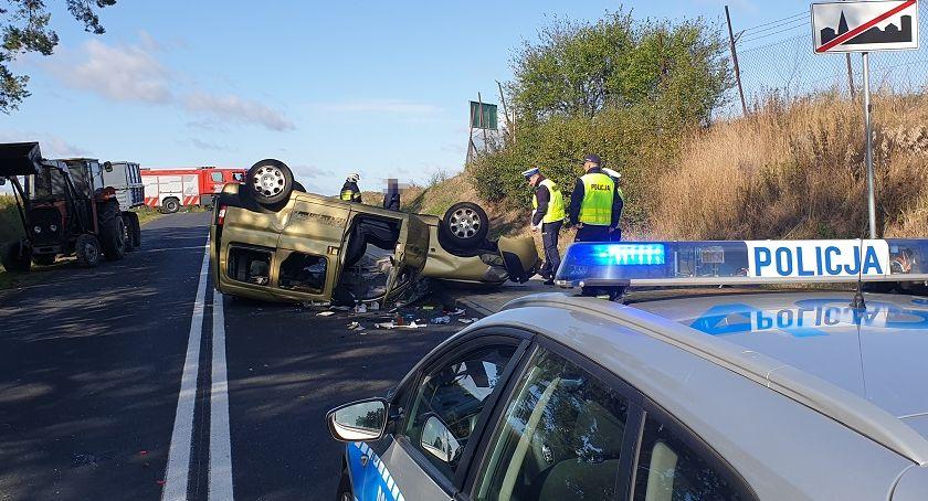 Wypadki drogowe, Wypadek Wieńcu Zalesie Citroen dachował uderzeniu naczepę ciągnika - zdjęcie, fotografia