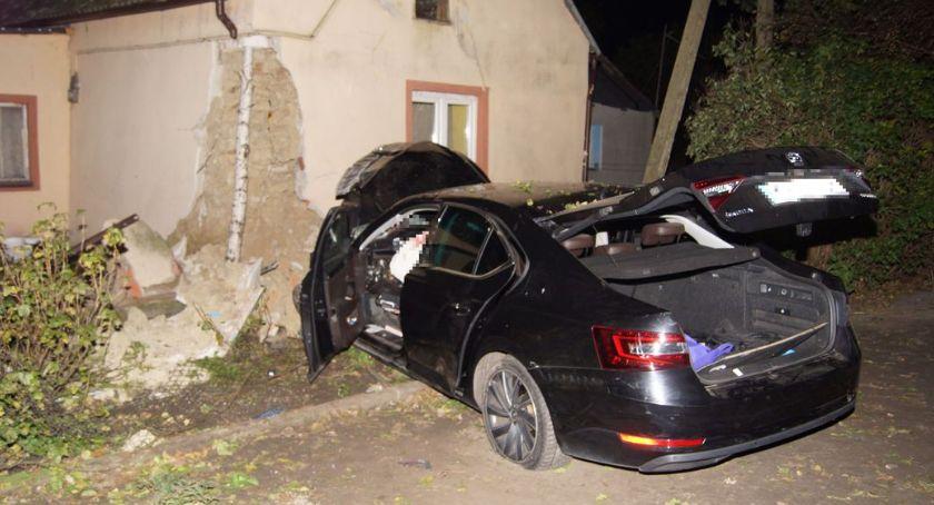 Wypadki drogowe, Wypadł drogi uderzył budynek Seroczkach - zdjęcie, fotografia