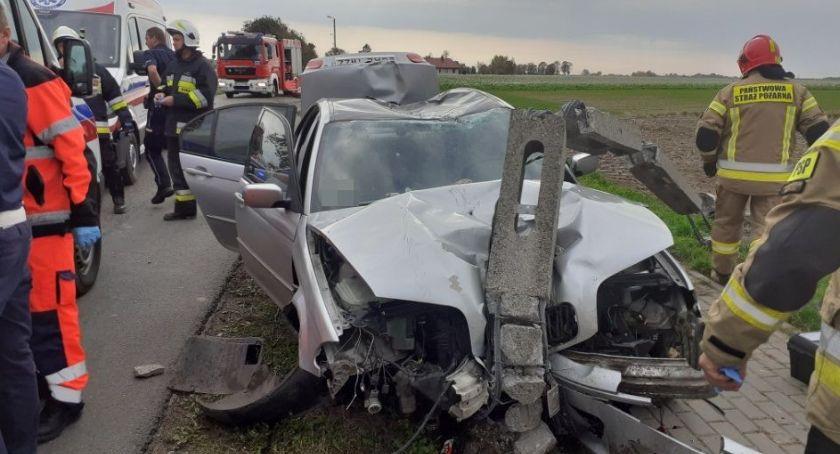 Wypadki drogowe, Wagańcu przejechał kilkadziesiąt metrów słupem wbitym maskę - zdjęcie, fotografia