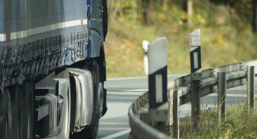 Policja - komunikaty policyjne, Ciężarówka siała postrach miasteczku regionie Poruszała dużą prędkością łamała kolejne przepisy - zdjęcie, fotografia