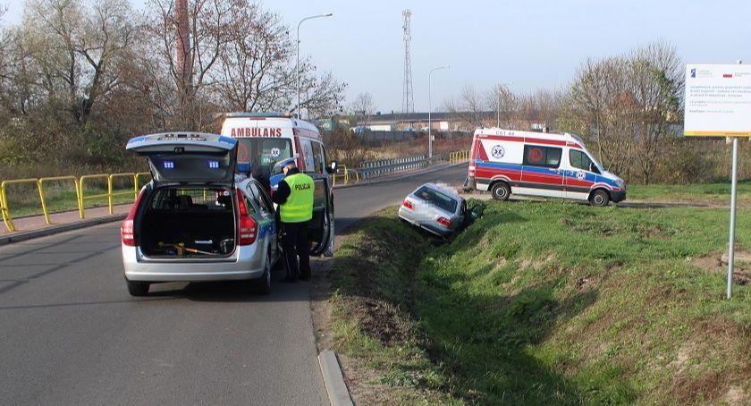 Wypadki drogowe, Wypadek Brześciu Kujawskim Mercedes wjechał melioracyjnego [ZDJĘCIA] - zdjęcie, fotografia
