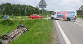 Zderzenie dwóch samochodów. Jeden z nich wpadł do rowu i dachował [ZDJĘCIA]