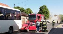 Fiat zderzył się z autobusem przewożącym dzieci [ZDJĘCIA]