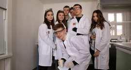 Niekonwencjonalne lekcje chemii. Młodzi włocławianie przenieśli się w świat polimerów [ZDJĘCIA]